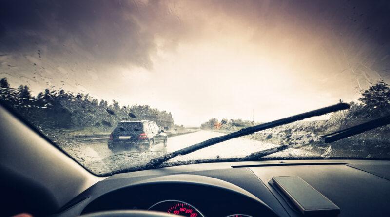 Как следует водить машину в ливень? Полезные советы